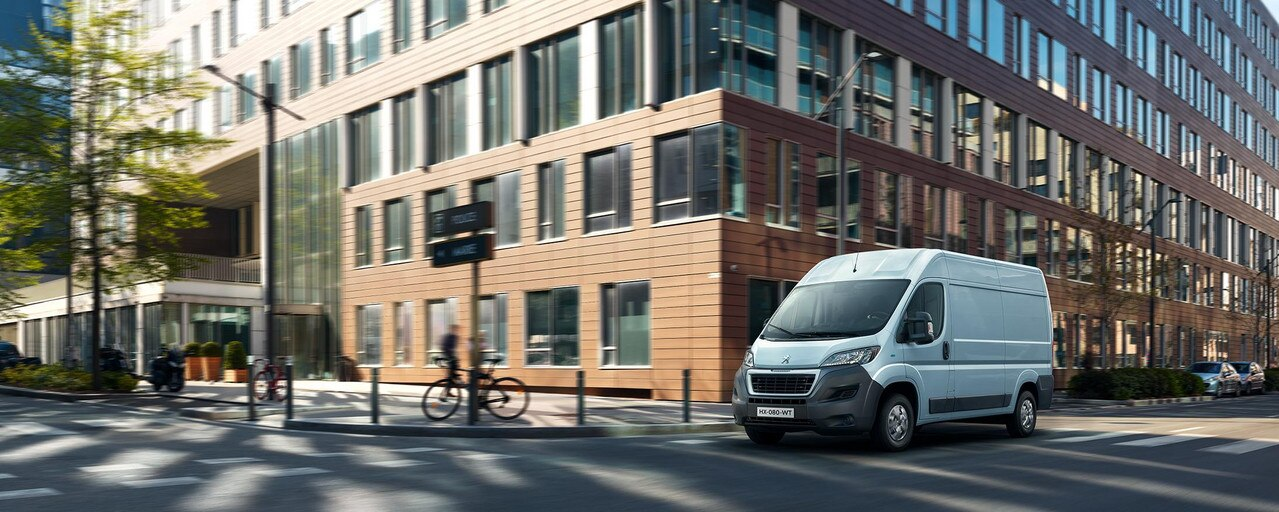 Nouveau PEUGEOT e-Boxer : circulez, garez-vous facilement en ville et accédez aux zones à circulation restreinte grâce au moteur électrique