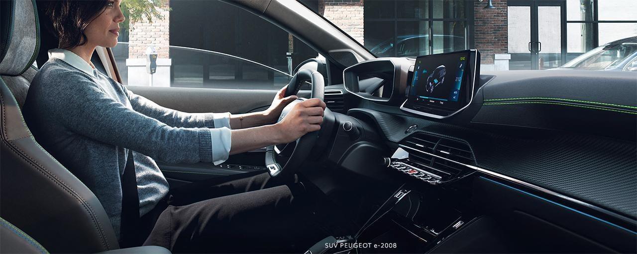 SUV PEUGEOT e-2008:  poste de conduite PEUGEOT i-Cockpit® 3D