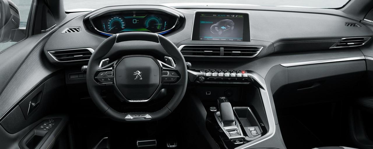 Le PEUGEOT i-Cockpit® spécifique aux versions hybrides intègre les informations de conduite disponibles dans le champ de vision du conducteur.