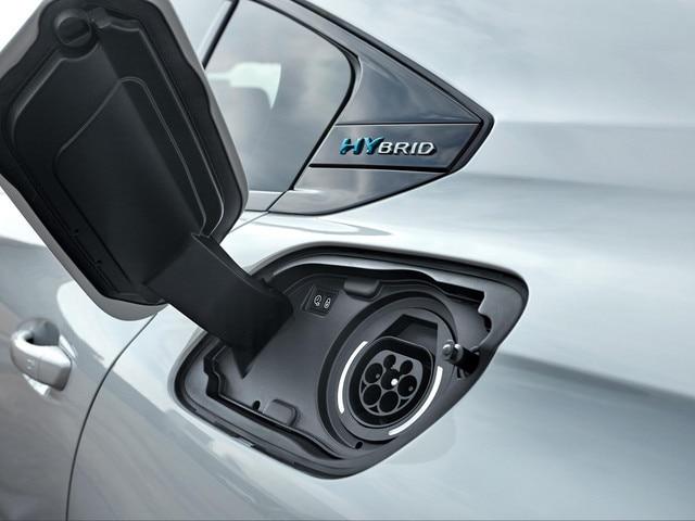 Discrètement implantée, la trappe de recharge se situe sur l'aile arrière gauche du véhicule (symétriquement à la trappe à carburant).