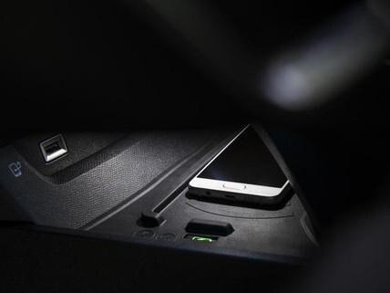 Recharge du smartphone sans fil, par inductino mangnétique - nouveau break PEUGEOT 508 SW pour les professionnels