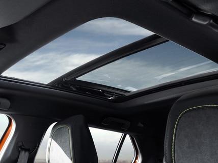Nouveau SUV PEUGEOT 2008 : toit ouvrant spoiler