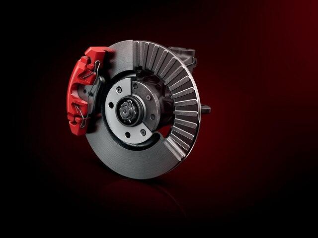 PEUGEOT 208 GTi : disque de frein ventilés (diamètres de 302 mm à l'avant, 249 mm à l'arrière) pincés par un étrier flottant rouge