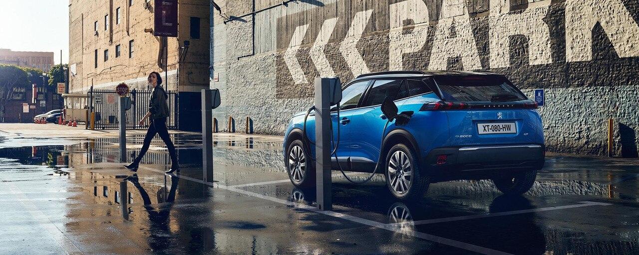 Nouveau SUV électrique PEUGEOT e-2008 : recharge sur borne publique