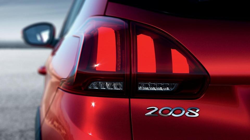 SUV PEUGEOT 2008 : feux arrière et leurs trois griffes techno 3D