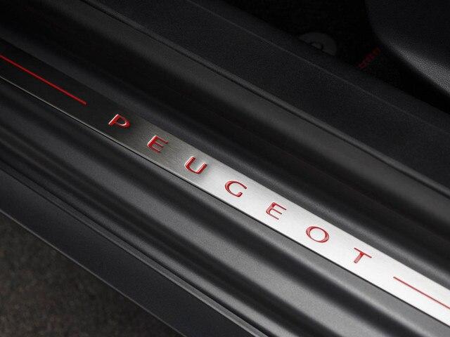 PEUGEOT 208 GTi : seuil de porte siglés avec lettrage PEUGEOT rouge
